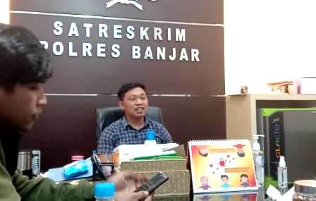Kasat Reskrim Polres Banjar saat diwawancarai sejumlah wartawan. (foto: juwita)