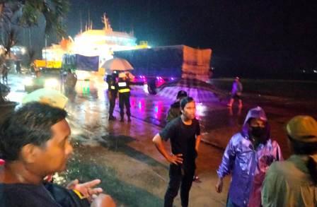 Sejumlah petugas dan relawan berkoordibnasi melakukan proses evakuasi para korban. (foto: yanda)