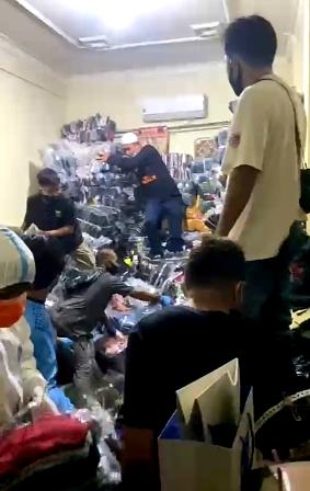 Tim relawan sedang membongkar barang-barang yang menimbun korban. (foto: yanda)