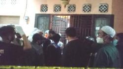 Warga berkerumuan di lokasi kejadian ingin menyaksikan peristiwa tragis satu keluarga tertimbun pakaian. (foto: yanda)