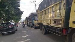 Antrean truk menunggu BBM solar di salah satu SPBU di Kota Barabai, Kabupaten HST. (foto: ramli)