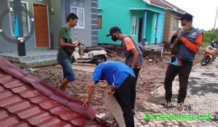 BPBD – Petugas sedang melakukan pendataan rumah yang terdampak puting beliung.(foto: istimewa)