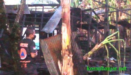 Relawan BPK berupaya membersihkan puing-puing bekas kebakaran di Kandangan, Kalsel. (foto: istimewa)