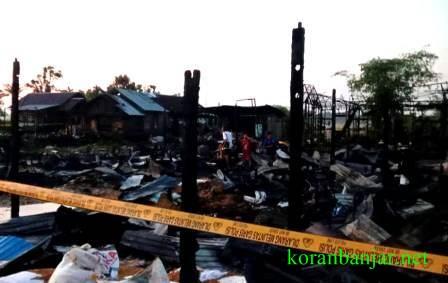 Puluhan rumah di Desa Sungai Tabuk Keramat, Kabupaten Banjar, Kalsel jadi arang setelah diamuk api. (foto : istimewa)