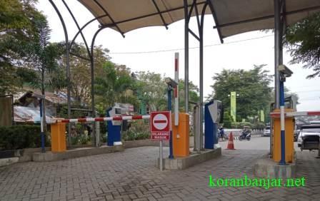 Portal parkir Pasar Keramat, Kabupaten Hulu Sungai Tengah, Kalsel yang mulai diberlakukan 24 jam. (foto: ramli)