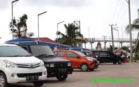 MOBIL – Parkir kendaraan roda empat juga memenuhi kawasan ini. (foto: leon)
