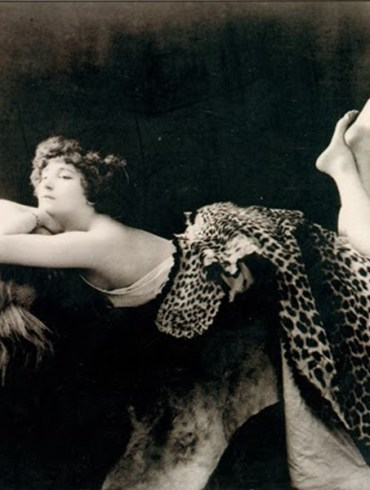 Colette sobre la cabeza de un león - 1909