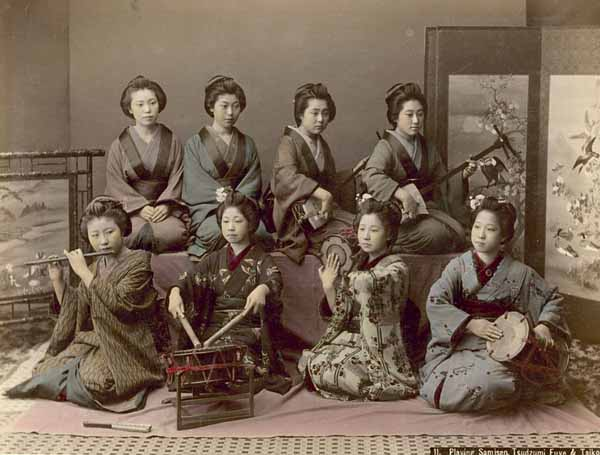 Kusakabe Kimbei-Tocando-el-samisen