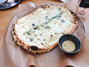 ガーリックゴルゴンゾーラピザ