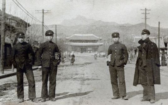 Korean Students from Baejanggobo who are attending school near the Donghwamun Gate in the 1930's, Changdeok Palace. (Japanese colonial period) 1930