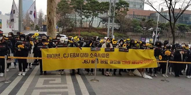 معجبو JBJ احتشدوا بأزهار عباد الشمس في وقفة إحتجاجية صامتة بسبب التفكك