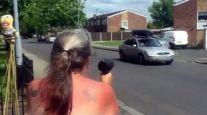 Бабушка использует фен, замаскированный под радар, чтобы замедлить скорость водителей.