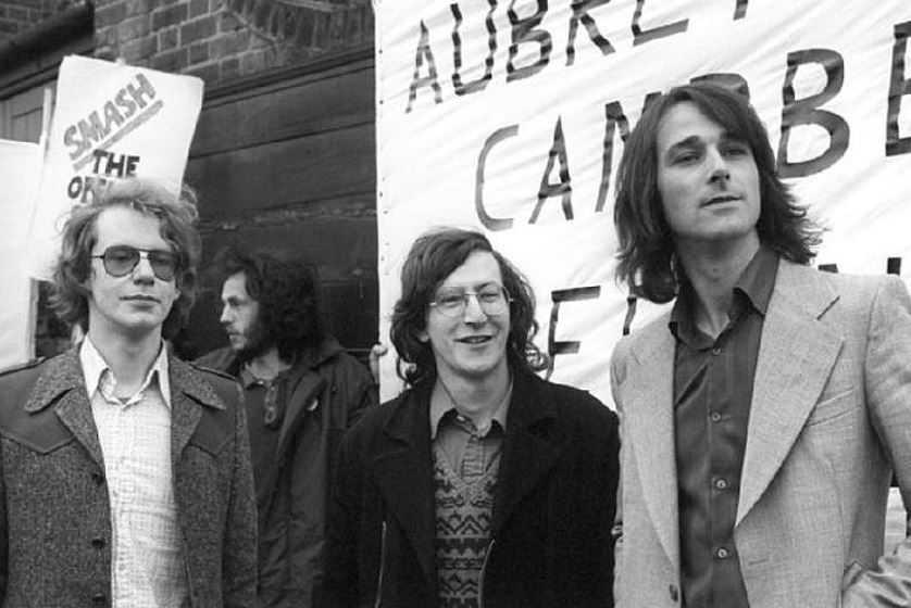 Дункан Кэмпбелл (слева), Криспин Обри (в центре) и Джон Берри (справа) .