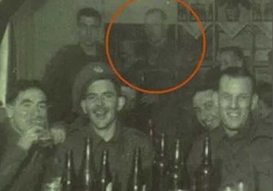 На этой загадочной фотографии группы солдат Второй мировой войны с сайта GhostStudy.com один из солдат на заднем плане кажется прозрачным. Это фото аномалия, привидение или случай невидимости человека?
