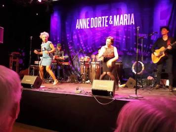 """Der var totalt udsolgt da Anne Dorte Michelsen og Maria Bramsen, bød på en aldeles fremragende og medrivende koncert Allerede fra første sang blev Kulturhuset nærmest forvandlet til et """"Mandagsstævnemøde' en torsdag aften"""