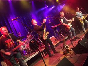 The Boss – Tribute to Springsteen 5 stjerner med en pil opad – 6 musikere med en 100 % dedikeret ren Springsteen ånd og stil indtog i går aftes et udsolgt Kulturhus med en gedigen omgang FredagsRock vi sent vil glemme.