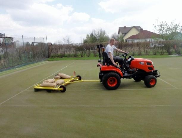 Kort tenisowy ze sztucznej trawy Glob Grass wczesywanie i rozprowadzenie (640x466)