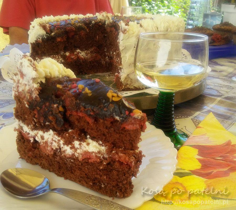 Tort kakaowy z bitą śmietaną i wiśniami