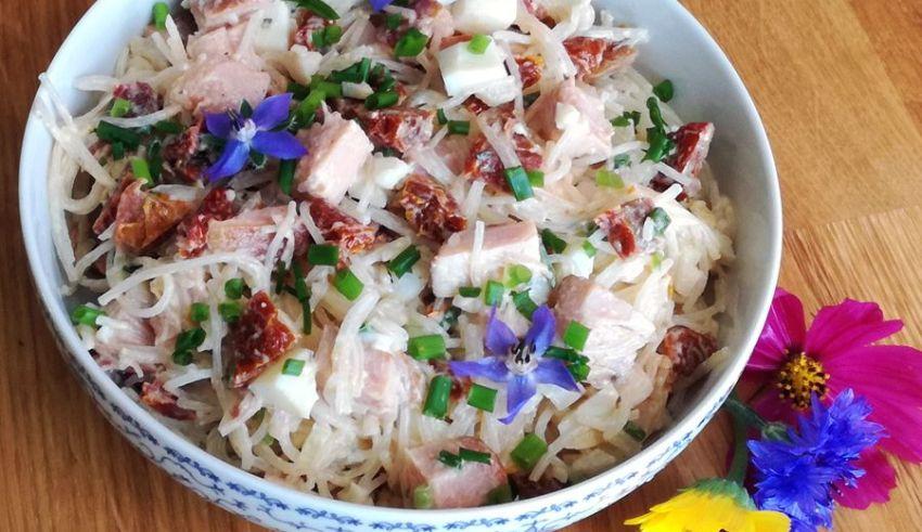 Sałatka z makaronem ryżowym i wędzonym kurczakiem