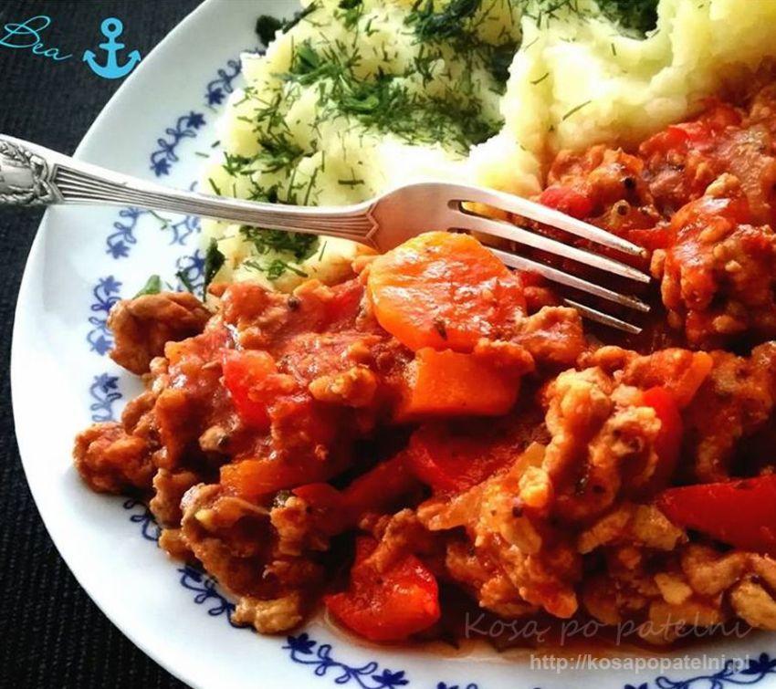 Mielone z indyka z warzywami i sosem pomidorowym