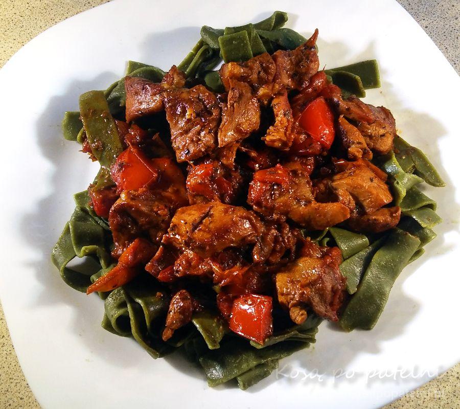 Gulasz z indyka z papryką i pomidorami