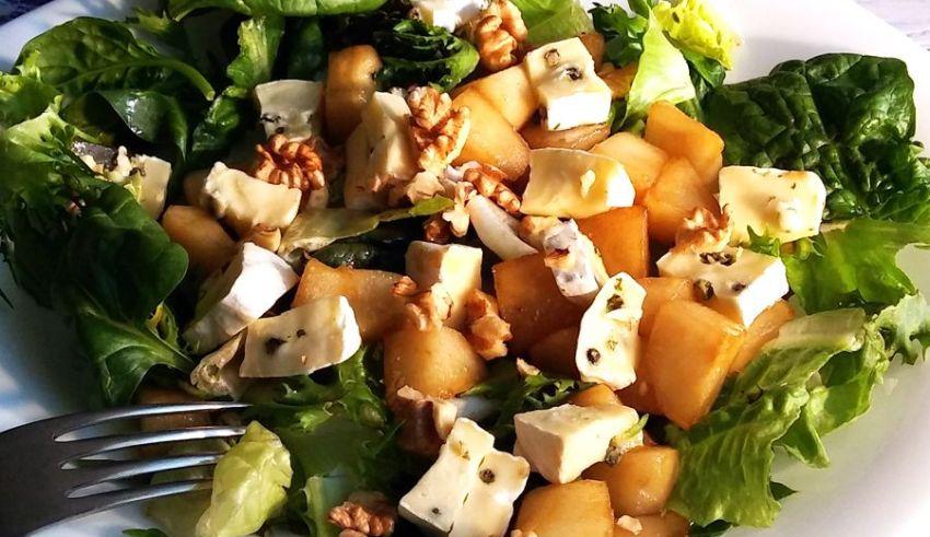 Sałatka ze szpinakiem, gruszką i serem camembert