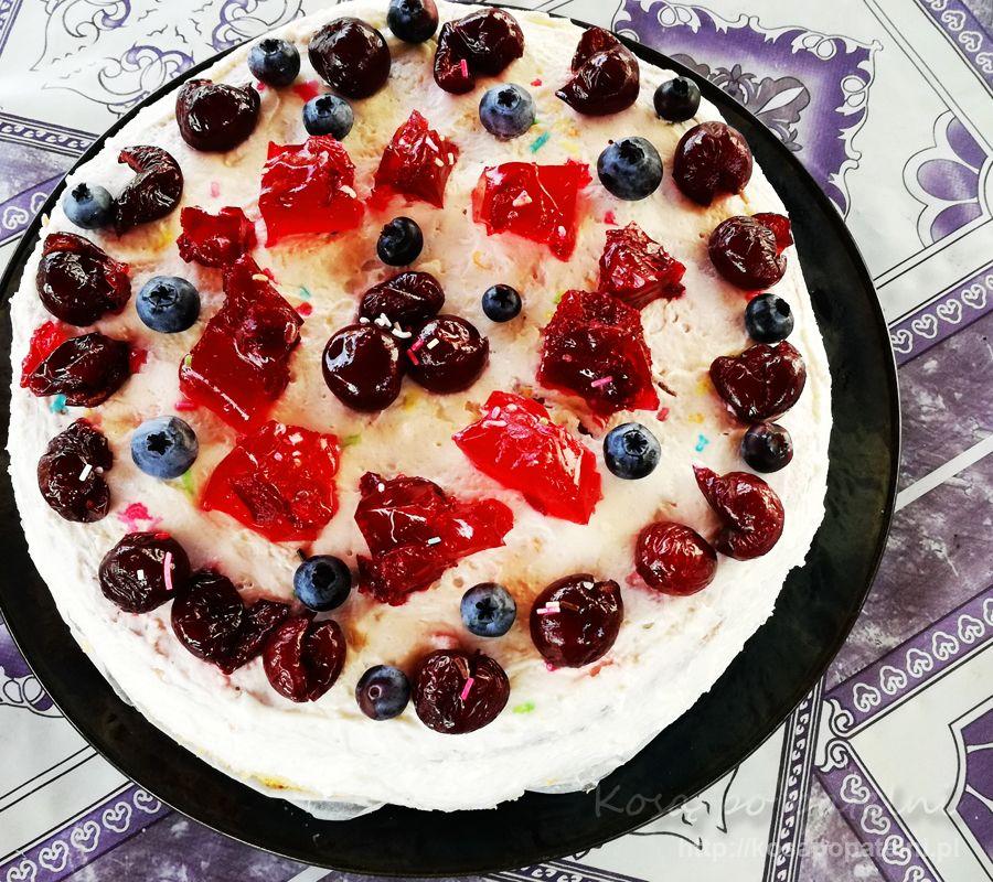 Tort z bitą śmietaną i wiśniami