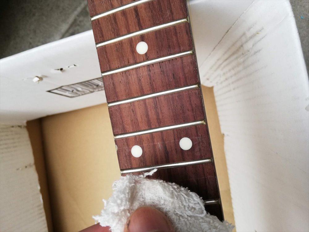 ギターネックをつや消し透明クリアーで刷毛塗りする