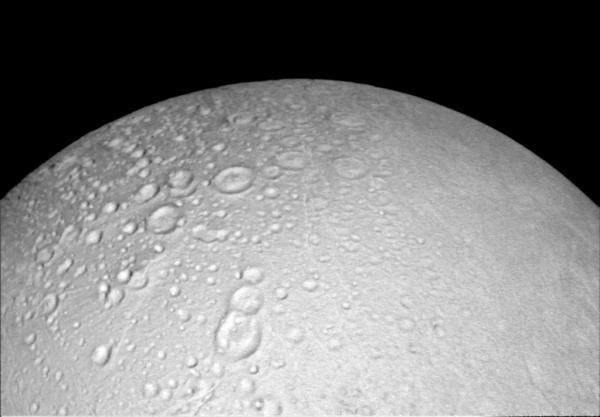 Okolí severního pólu měsíce Enceladus - snímek pořídila sonda Cassini během průletu 14. října 2015