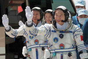 Posádka lodi Shen Zhou 9 a první čínská taikonoutka