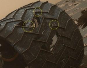 Poškozené kolo roveru Curiosity