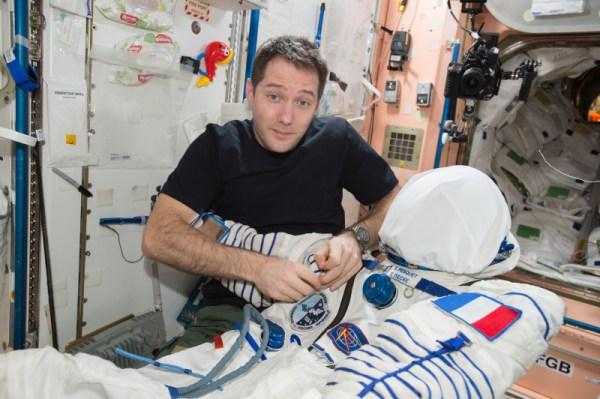 Za mnou je dětský saxofon, který mi dal Oleg jako narozeninový dárek předtím, než mě všichni překvapili s opravdovým saxofonem, který přiletěl v nákladní lodi Dragon od SpaceX.