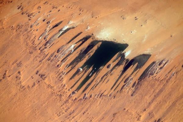 Neuvěřitelné pouštní umění. Jak je v Africe zvykem, krajina je tak rozlehlá a odlišná, že si nejsem jistý, na co se dívám, když fotím.