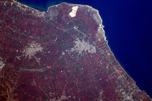 Zajímalo by mě, co dělá pole na Kypru tak červená.