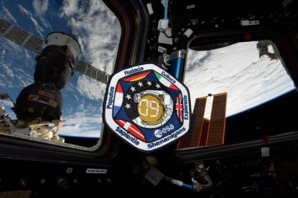 """U příležitosti Dne Evropy (9.5., pozn. redakce) jsem musel pořídit fotku té nelepší ze všech nášivek: výběr astronautů ESA roku 2009, """"the shenanigans"""". Je nás šest astronautů z různých evropských zemí a co nás spojuje je víra v evropský projekt. Nereprezentujeme jen naše země a Evropskou kosmickou agenturu, ale také to, čeho můžeme dosáhnout společnou prací v mezinárodním týmu, jak jsme již dokázali při výcviku. Ohledně názvu a návrhu nášivky existuje mnoho historek. Řeknu jich pouze několik: nášivka je ve tvaru modulu Cupola, 6 hvězd představuje 6 členů výběru, a představeno je zde motto sboru astronautů. Ostatní je tajemstvím… Úžasný návrh mého přítele Vincenta Gibauda, který je založen na kombinaci nápadů členů našeho výběru a lidí ze spacepatches.nl"""