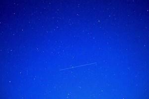 Dlhoexpozičná snímka zachytávajúca prelet satelitu USA-276
