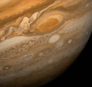 Velká rudá skvrna na Jupiteru vyfocená sondou Voyager 1.