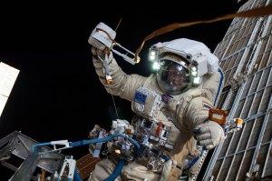 Oleg Artěmjev při výstupu do volného prostoru na ISS.