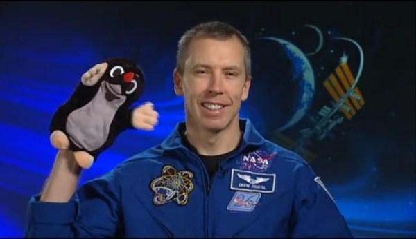Andrew Feustel a Krteček, který letěl při misi STS-134.
