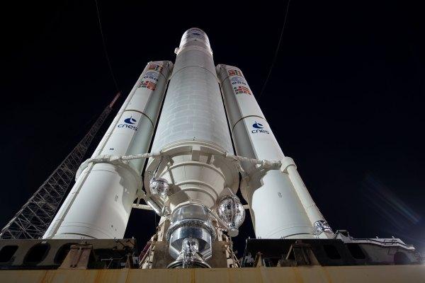 Ariane 5 na startovní rampě před startem s misí BepiColombo.
