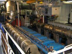Ve strojovně lodi najdeme 4 výkonné lodní motory umístěné v páru za sebou.