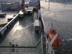 Pohled na horní palubu z můstku. Je zde dobře patrné současné řešení výfukového potrubí a umístění záchranného člunu.