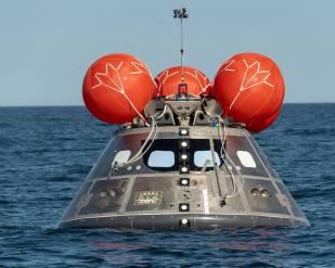Modul pro posádku (CM) byl po testu opět vyzvednut na palubu asistenční lodi.