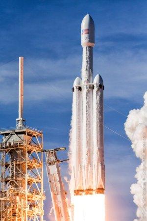 Falcon Heavy během startu.