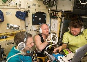 Scott Kelly vyšetřuje ultrazvukem svou jugulární žílu v průběhu cvičení v podtlakových kalhotách