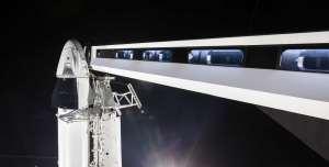 Obraz jako z budoucnosti - přístupová lávka vedoucí k lodi Crew Dragon.