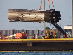 Poškozená část centrální stupně Falconu Heavy při vykládání na pevninu.