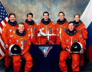Posádka mise STS-81: (zleva): Grunsfeld, Jett, Blaha, Wisoff, Linenger, Baker, Ivins