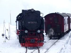 Wandern durch den verschneiten Harz