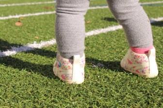 ファーストシューズを履いている赤ちゃん01